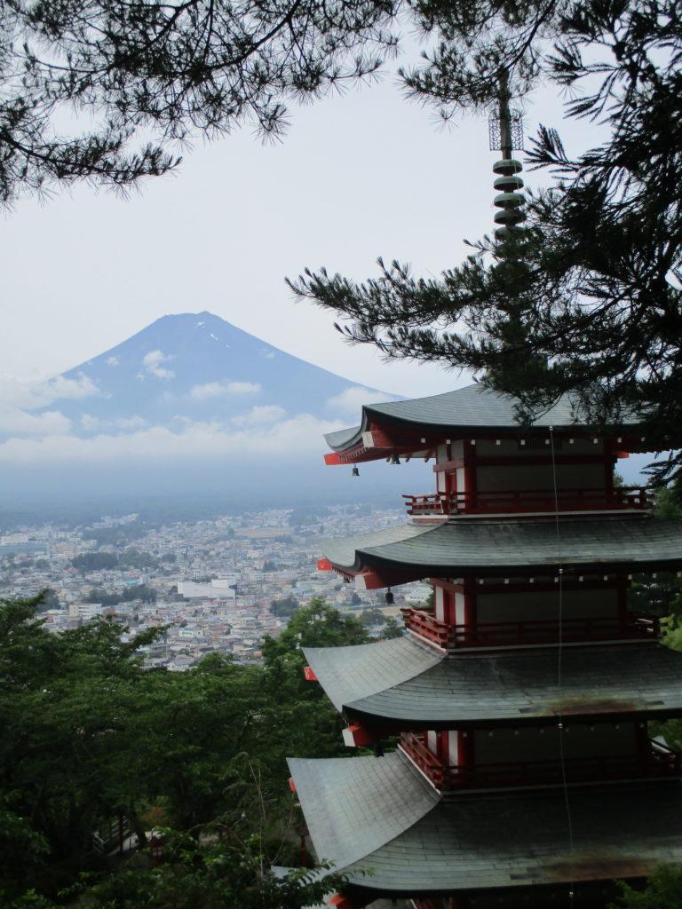 五十の塔と富士山