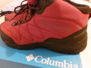 コロンビア製の赤いトレッキングシューズ